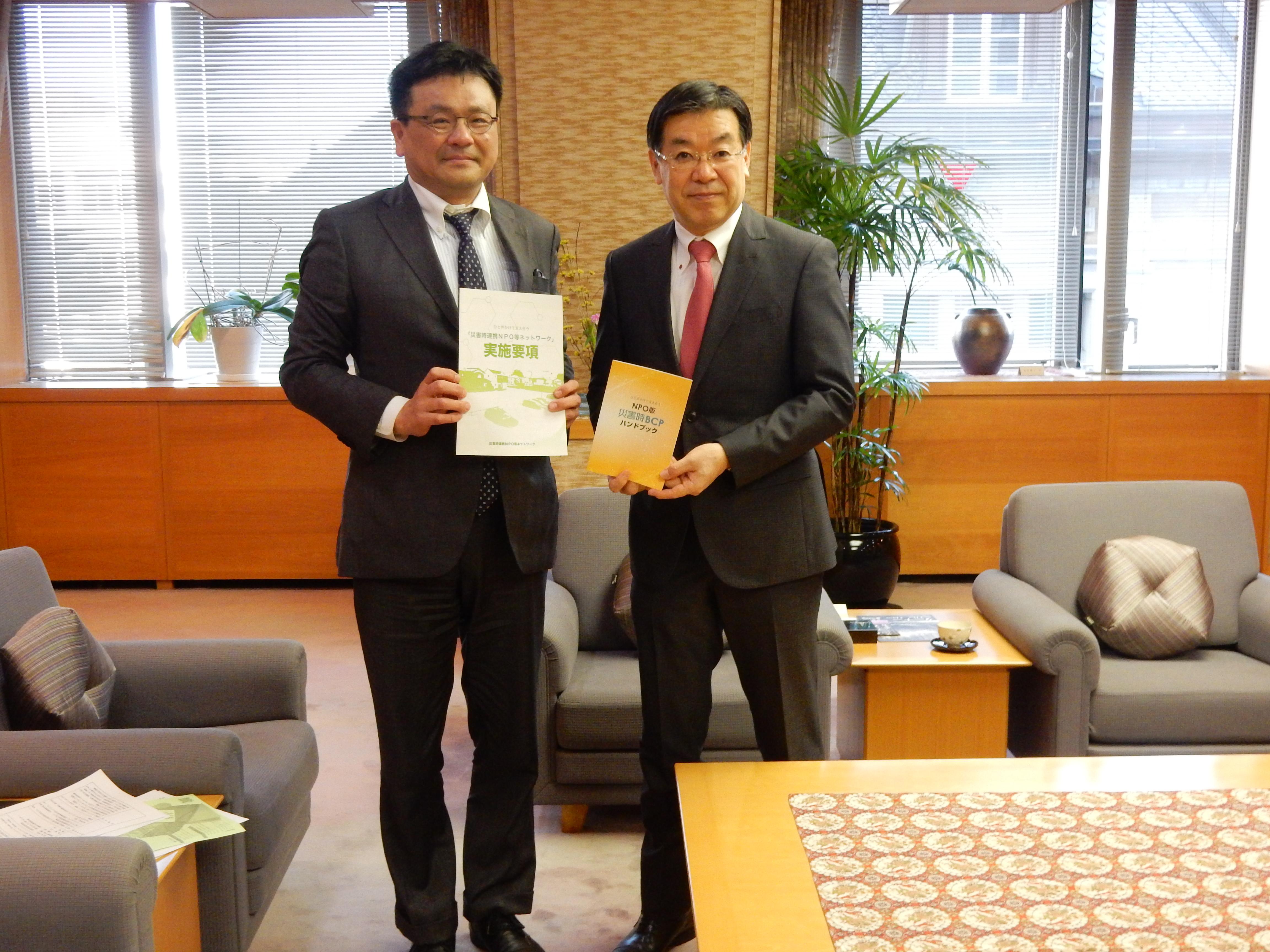 京都府知事へこれまでの活動を報告してきました。
